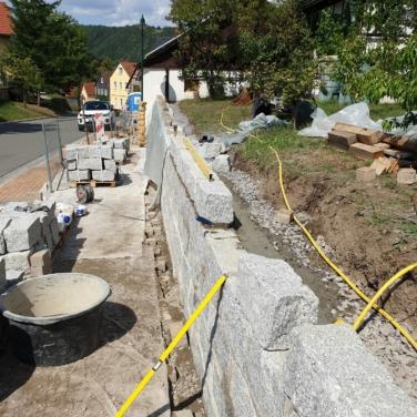 Stützwand aus Granitsteinen